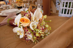 Braut-und Bräutigam-Tabelle mit dem Blumenstrauß der Braut Stockbild