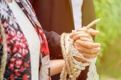 Braut und Bräutigam Tied oben zusammen, Konzept der tiefen Verbindung Stockfotos