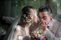 Braut- und Bräutigam- und Hochzeitszeit Stockfotografie