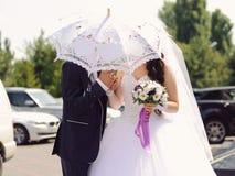 Braut und Bräutigam unter Regenschirm Lizenzfreie Stockfotografie