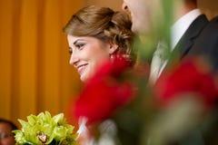 Braut und Bräutigam an unterzeichnendem Hochzeitsvertrag registrieren Lizenzfreie Stockbilder