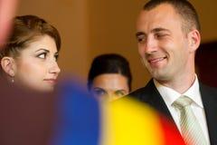 Braut und Bräutigam an unterzeichnendem Hochzeitsvertrag registrieren Stockbild