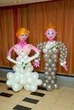 Braut und Bräutigam von den Ballonen Lizenzfreie Stockfotografie
