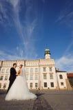 Braut und Bräutigam vor der Hochzeit stockfotos