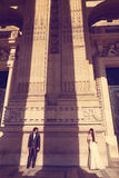 Braut und Bräutigam vor einem großen Gebäude Lizenzfreies Stockbild