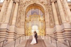 Braut und Bräutigam vor einem großen Gebäude Stockbilder