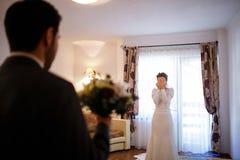 Braut und Bräutigam warten, um sich am Hochzeitstag zu sehen Stockfotografie