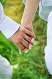 Braut und Bräutigam, zum der Hände anzuhalten. Familienliebe Lizenzfreie Stockbilder