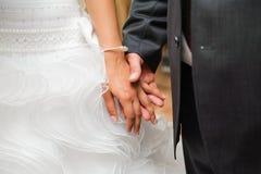 Braut und Bräutigam, zum der Hände anzuhalten. liebevolle Sorgfalt Lizenzfreie Stockbilder