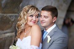 Braut- und Bräutigamblick auf einander Lizenzfreies Stockbild