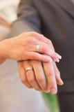 Braut- und Bräutigameheringe auf Händen Lizenzfreie Stockfotografie