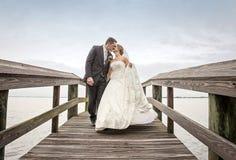 Braut- und Bräutigamgehen stockfoto