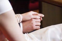 Braut- und Bräutigamgriffhände Stockfotos