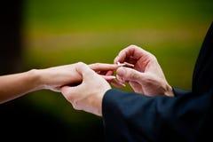 Braut- und Bräutigamhände Stockfotos