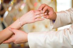 Braut- und Bräutigamhände Stockfoto