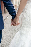 Braut- und Bräutigamhände Lizenzfreie Stockfotos