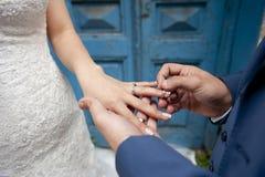 Braut- und Bräutigamhände Lizenzfreies Stockfoto