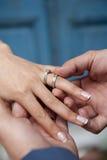 Braut- und Bräutigamhände Stockfotografie