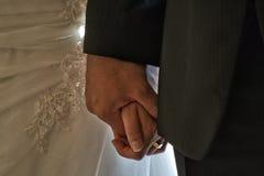 Braut- und Bräutigamhand eigenhändig Stockfoto