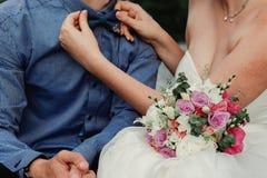 Braut- und Bräutigamhochzeitsdetails Stockfoto