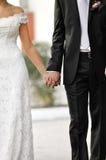 Braut- und Bräutigamholding durch Hände Lizenzfreie Stockbilder