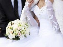 Braut- und Bräutigamholdingblumenstrauß Lizenzfreie Stockfotografie
