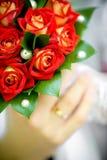 Braut- und Bräutigamholdingblumenstrauß Stockfoto
