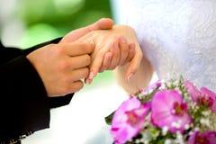 Braut- und Bräutigamholdingblumenstrauß Stockfotos