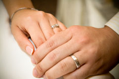 Braut- und Bräutigamholdinghände Lizenzfreie Stockbilder
