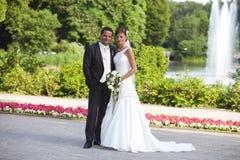 Braut- und Bräutigamjungvermählten Stockfotos