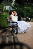 Braut- und Bräutigamküssen Stockfotografie