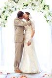 Braut- und Bräutigamküssen stockfotos
