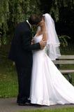 Braut- und Bräutigamküssen Lizenzfreie Stockfotografie