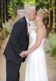 Braut- und Bräutigamkuß Lizenzfreies Stockfoto