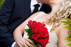 Braut- und Bräutigamkuß Lizenzfreies Stockbild