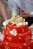 Braut- und Bräutigamkuchen auf der Hochzeitstabelle Lizenzfreie Stockfotos