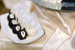 Braut- und Bräutigamkuchenknalle stockfotos