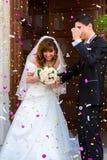 Braut- und Bräutigamlächeln lizenzfreie stockfotografie