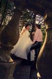 Braut- und Bräutigamlächeln Stockfotos