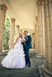 Braut- und Bräutigamlächeln Stockfoto