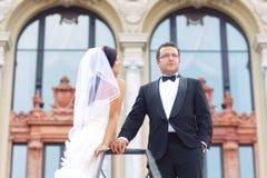 Braut- und Bräutigamliebe Stockfotos