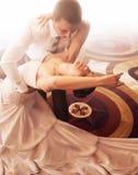 Braut- und Bräutigamtanzen auf Parkett stockbilder