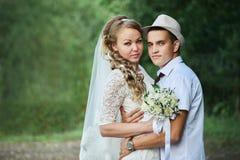Braut- und Bräutigamumarmen stockfoto