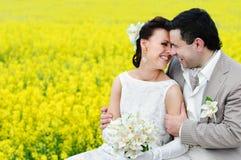 Braut- und Bräutigamumarmen Lizenzfreie Stockfotografie