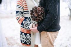 Braut- und Bräutigamumarmen Stockfotografie