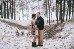 Braut- und Bräutigamumarmen Lizenzfreie Stockbilder