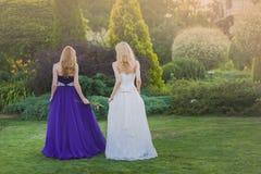 Braut und Brautjungfer draußen Lizenzfreies Stockfoto