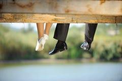 Braut und Bräutigam auf einer Brücke Stockfotos