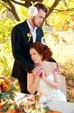 Braut und Bräutigam an der Hochzeitstafel Einstellung des Herbstes im Freien Stockfotografie