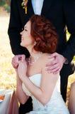 Braut und Bräutigam an der Hochzeitstafel Einstellung des Herbstes im Freien Lizenzfreies Stockfoto
